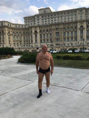 politician 375x500 Un ales socheaza: s a dezbracat in fata Parlamentului pentru a transmite un mesaj