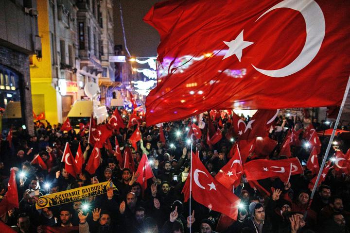 proteste 5 Erdogan arunca in aer Olanda
