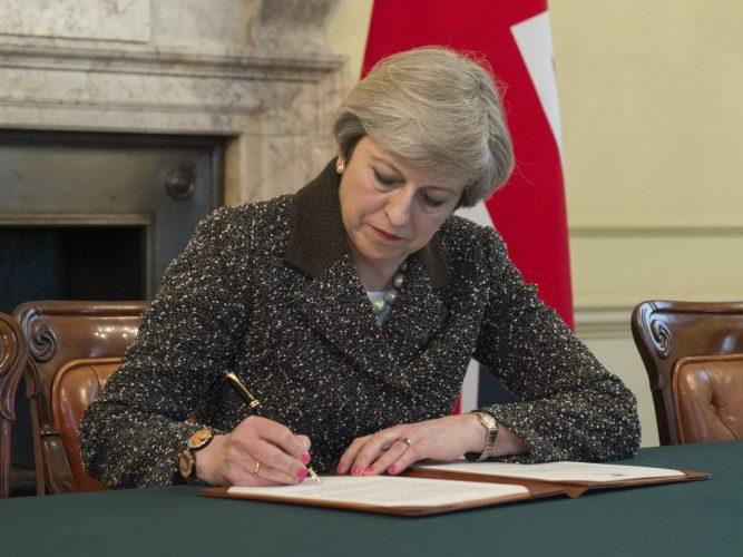 semneaza 1 667x500 Ziua in care Marea Britanie incepe oficial procedura de retragere din UE