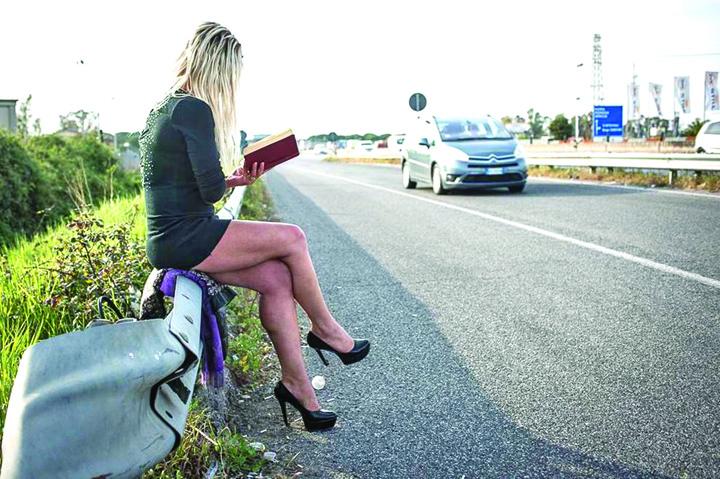 1 Prostituata care citeste Dostoievski pe centura