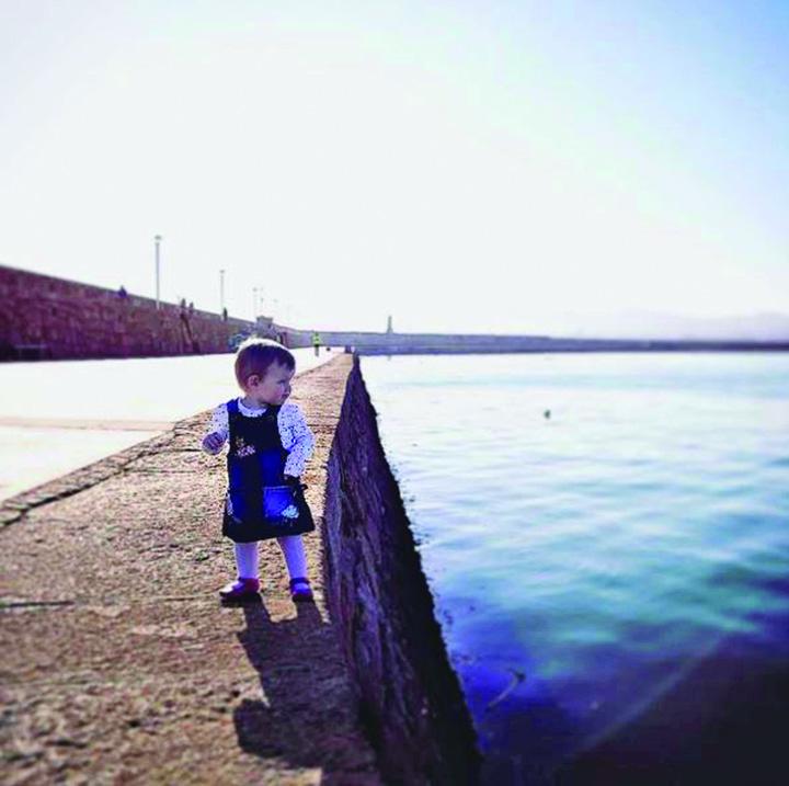5 Fetita de 18 luni, pe Instagram, cu cutitul de bucatarie in mana