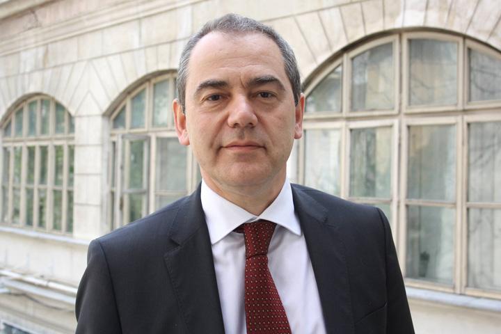 Vlad Alexandrescu Educatie cu pistolul la cingatoare