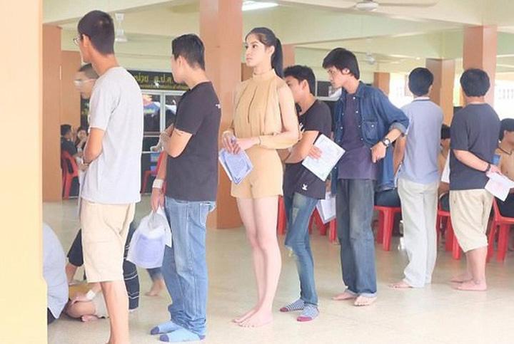recrutatre Thai Transsexualii, in rochii si machiaj, la recrutare