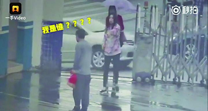 thief in police station Cel mai prost hot din lume: i a furat telefonul, dar s a refugiat cu el intr o sectie de politie!