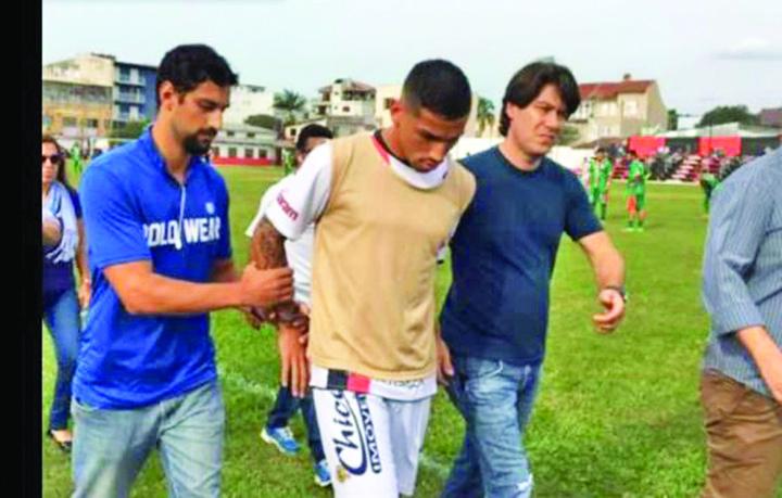 1 1 Incredibil! Un fotbalist  a fost arestat in timpul meciului