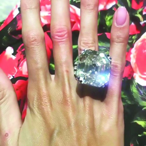 1 14 501x500 Cadou de oligarh: un inel de 10 milioane de dolari