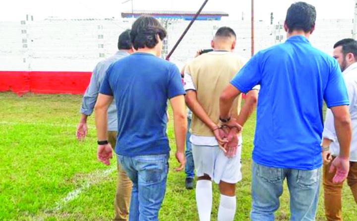 2 2 Incredibil! Un fotbalist  a fost arestat in timpul meciului