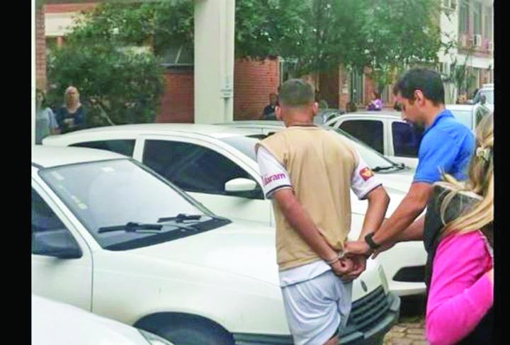 3 1 Incredibil! Un fotbalist  a fost arestat in timpul meciului