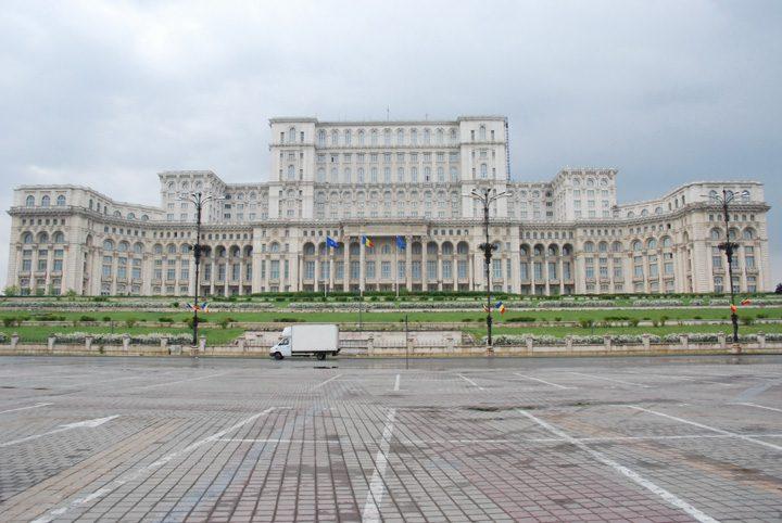 Casa Poporului 720x482 Romanii beau de sting, dar au Casa Poporului si Transfagarasanul