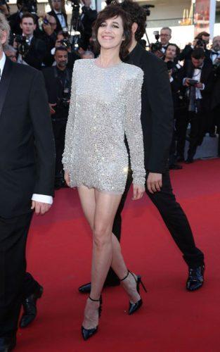 Cea mai prost imbracata Charlotte Gainsbourg 313x500 Bella Hadid, cu chilotii la vedere la Cannes