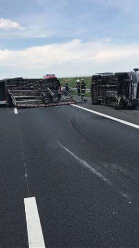 accident a 1 1 281x500 Accident cu doua microbuze si un autoturism, pe A 1, in Timis