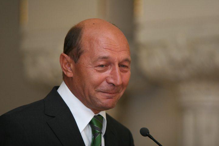 basescu 720x480 Retrocedarile lui Basescu se fasaie