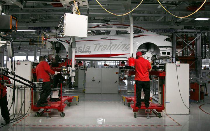 tesla 720x450 La Tesla, muncitorii isi dau cu tesla