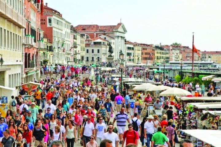 venetia1 Sufocata, Venetia isi va taxa  turistii