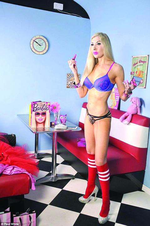 19239576 803155899850412 129460098 n O papusa Barbie in carne si oase, la 46 de ani