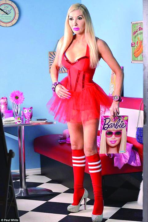 19244199 803155903183745 1678749698 n O papusa Barbie in carne si oase, la 46 de ani