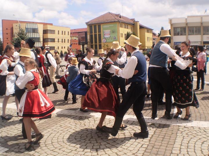 Festival de Dansuri Maghiare la Medias CCR, Monitorul Oficial si maghiarii