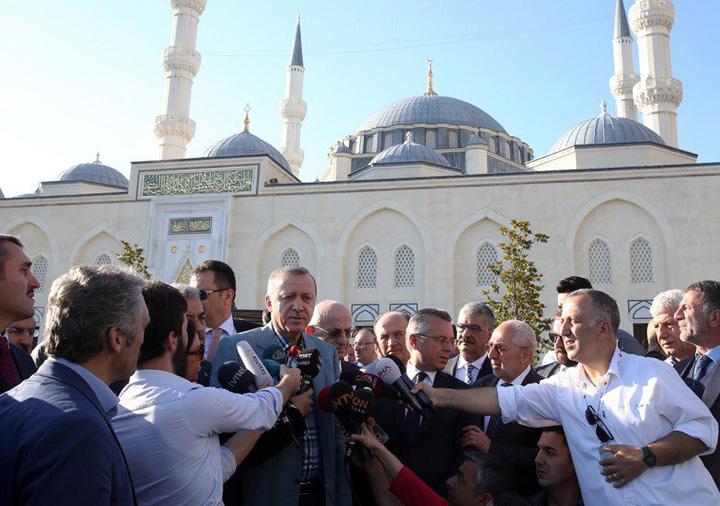 erdogan Erdogan a lesinat in moschee