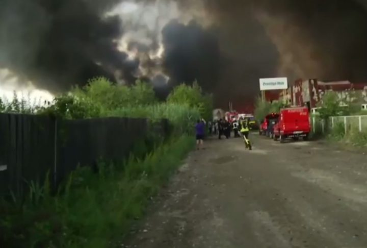 incend111 720x486 Incendiul de la Balotesti: pompierii intervin inca in zona afectata de foc