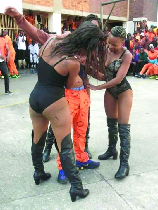 inchisoare Striptease la puscarie