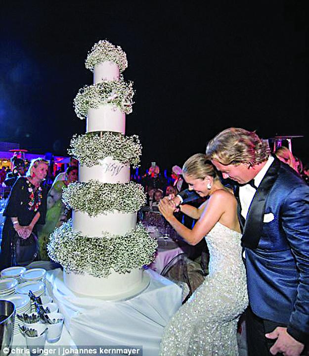 nunta 3 Victoria, mostenitoarea imperiului Swarowski, s a maritat intr o rochie de peste un milion de euro