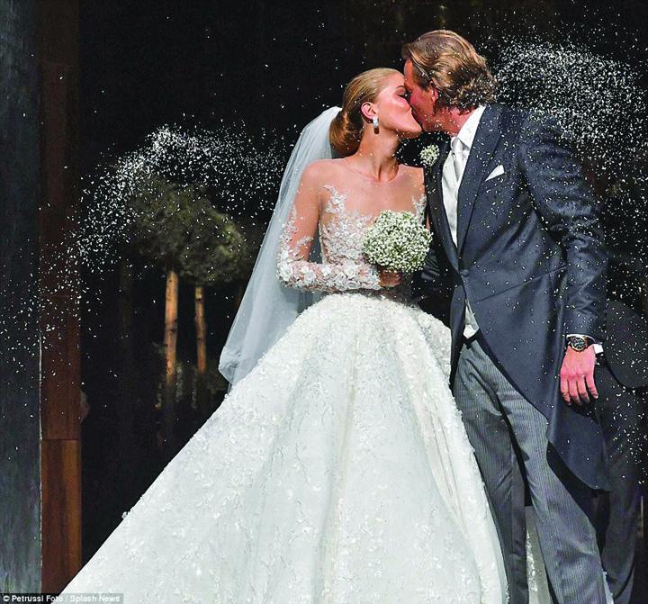 nunta 5 Victoria, mostenitoarea imperiului Swarowski, s a maritat intr o rochie de peste un milion de euro
