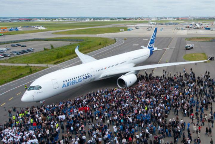 premier a350 aux couleurs d airbus UE pompeaza 377 milioane de euro in Airbus