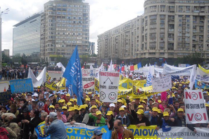 proteste functionari 720x480 Alba neagra cu salariile medicilor si profesorilor