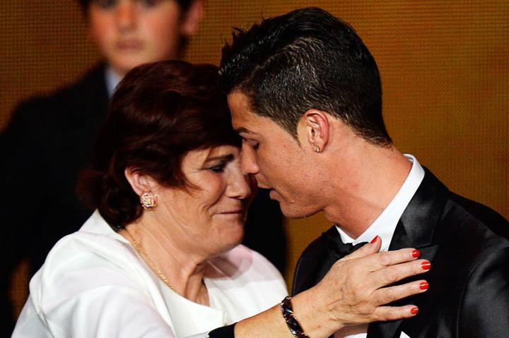 ronaldo. si mama sajpg Ronaldo a dat 200.000 pentru gemenii sai