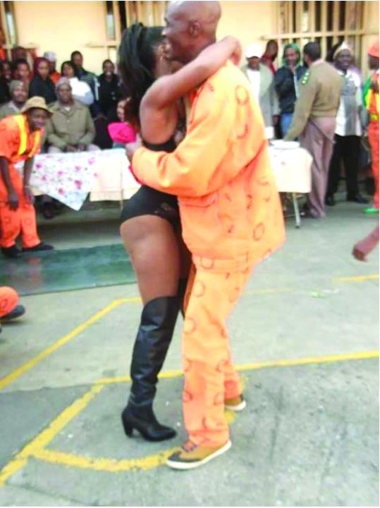 strip1 Striptease la puscarie