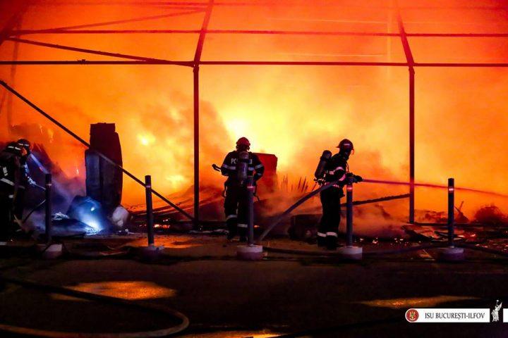 19884023 2016526051706610 3852681956102557147 n incend 2 720x480 Incendiu puternic, noaptea trecuta, la un depozit de mobila de langa Capitala