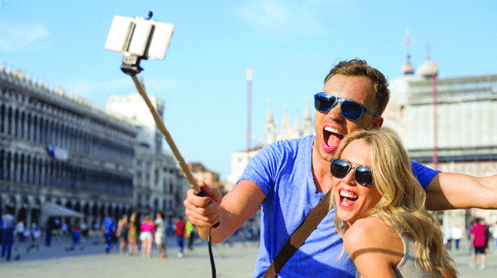 How to profit with livestreaming Milano interzice selfie stick ul!