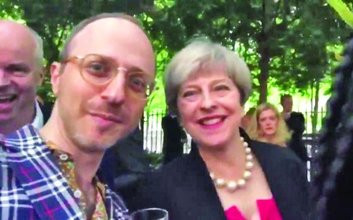 May O intrebare pentru Theresa May: Am pasaport romanesc. Voi fi deportat?
