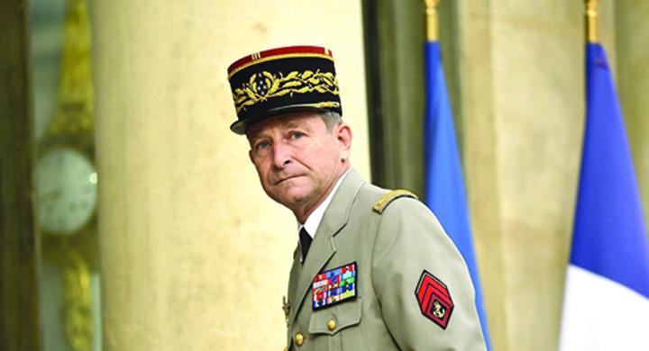 general Macron a ramas fara seful armatei
