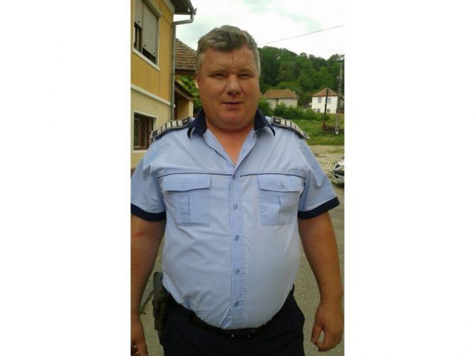 politist erou 667x500 Politistul care a salvat o familie cu un copil de 3 ani