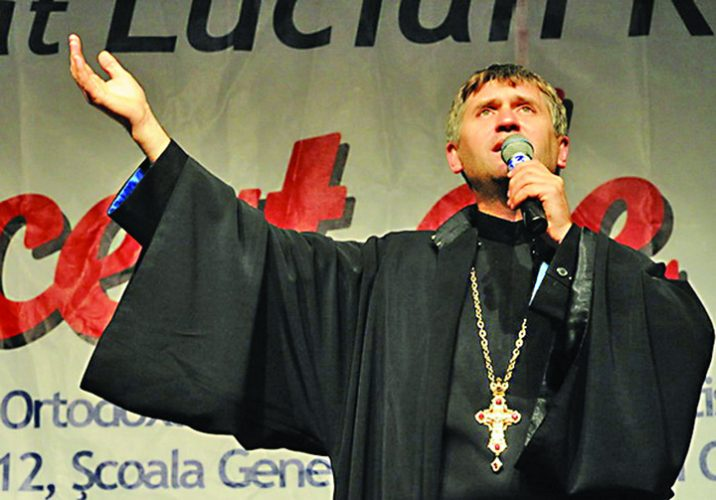 preotul pomohaci 716x500 Pomohaci a iesit de la Mitropolie in aplauzele sustinatorilor