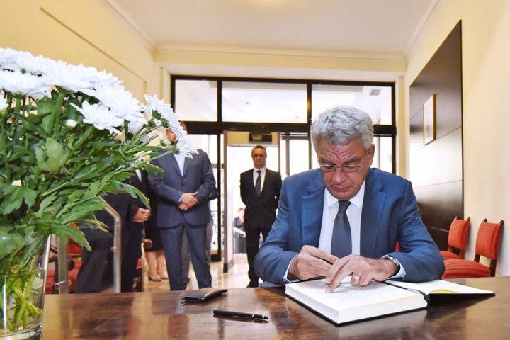 20915609 873769426123038 1427854840372353391 n premier 720x480 Premierul Tudose a semnat in cartea de condoleante, la Ambasada Spaniei