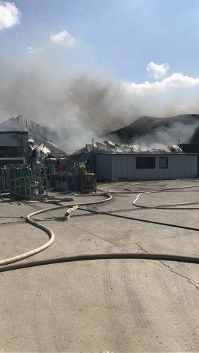 21231555 1667808063284186 5393454083873339778 nincendiu 282x500 Incendiu cu o degajare masiva de fum, la o hala din Timis