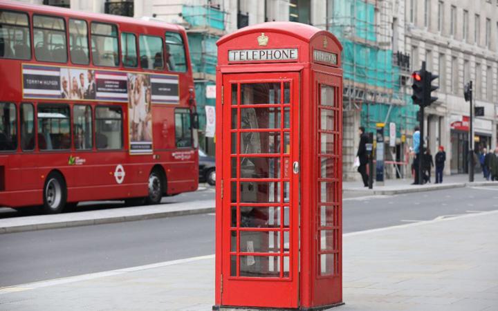 7195464 red phone box 1000x625 Londra  demonteaza celebrele cabine telefonice