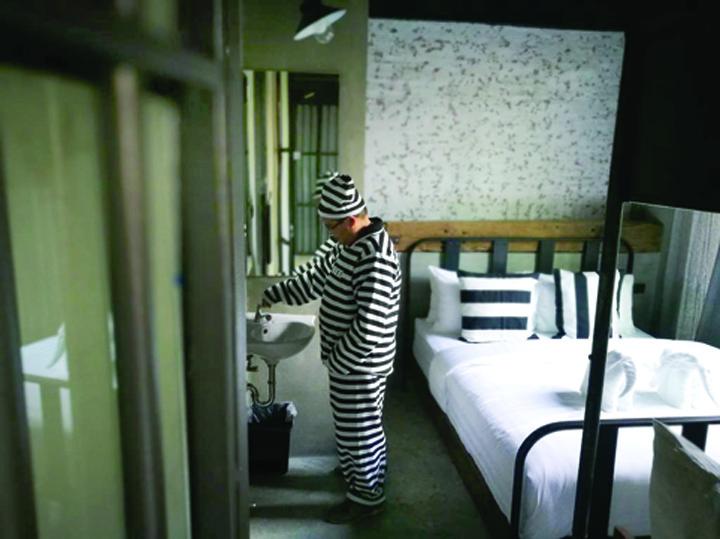84115173 Hotelul inchisoare!