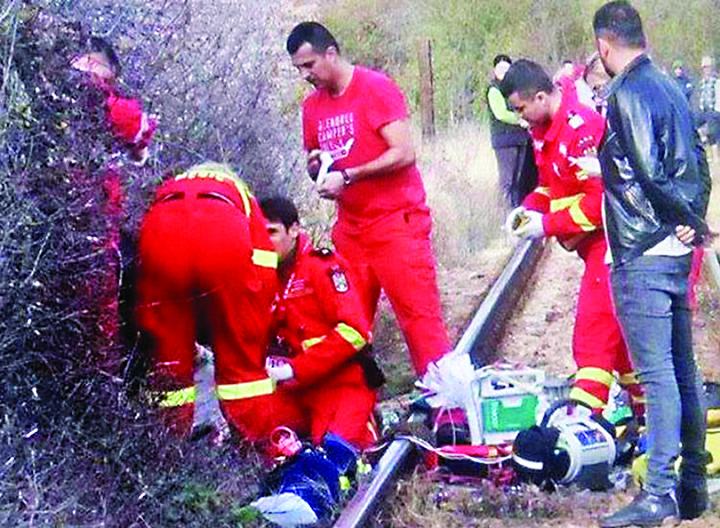 accident branesti S a aruncat cu cei trei copii in fata trenului