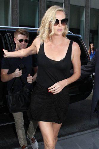 charlize theron stern 19jul17 03 333x500 GATA! Brad Pitt s a cuplat. Cu Charlize Theron!