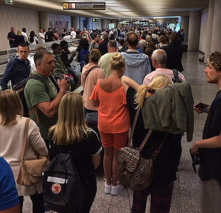 coada aeroportjpg Haos pe aeroporturile din Europa