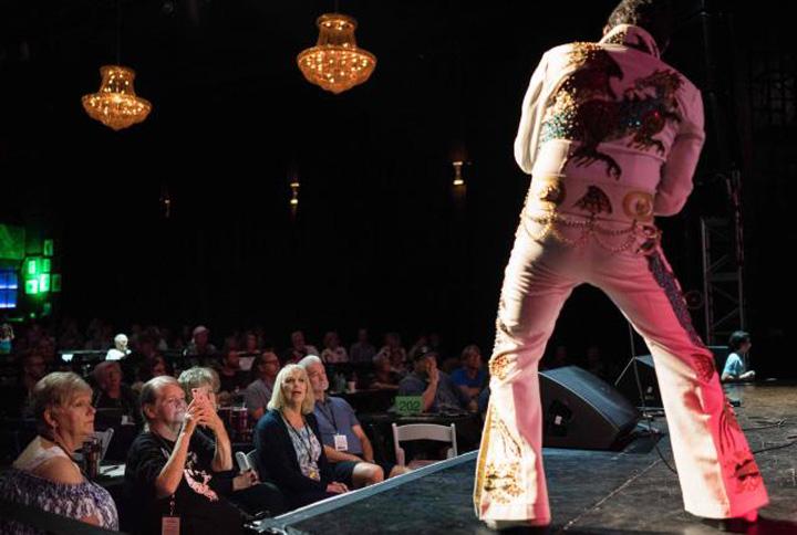 elvis3 Elvis zguduie iar Memphis