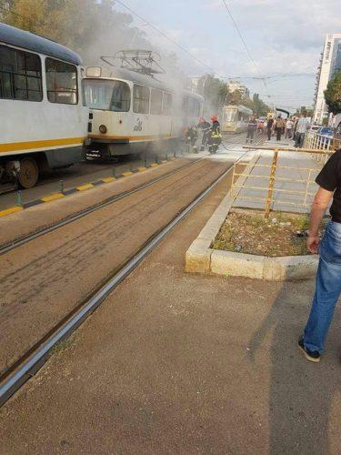 incend 375x500 Un tramvai a luat foc in mers, in Capitala: 4 oameni, pe mana medicilor