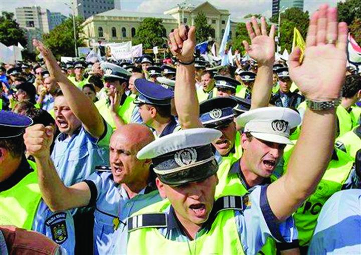 protest politisti Coarna, tanar pensionar la 45 de ani!