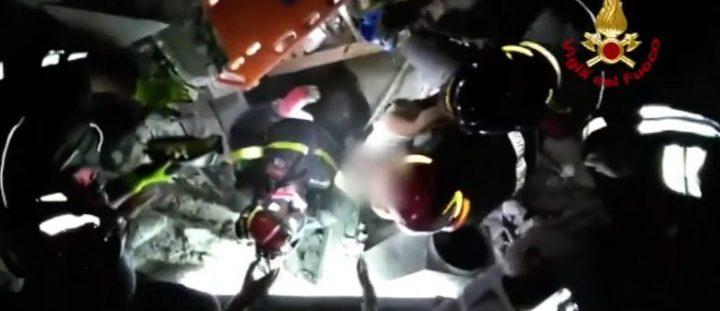 salvat 720x311 Imagini impresionante din Italia. Bebelus salvat dintre daramaturi, dupa cutremur (VIDEO)