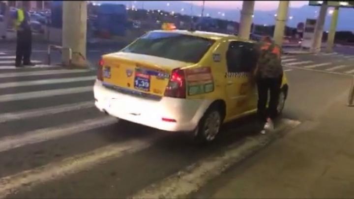 """taxi 42934a800 Tupeu de taximetrist: a cerut """"taxa de bagaj""""!"""