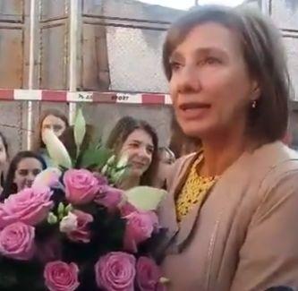 1 2 Carmen Iohannis, prima zi a noului an scolar cu flori si fotografii