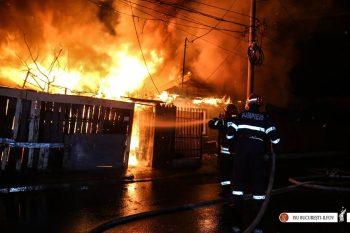 22089361 2122102471148967 274491134251892589 n incend 350x233 Flacarile au facut prapad. Sase case afectate de un incendiu puternic, in Capitala